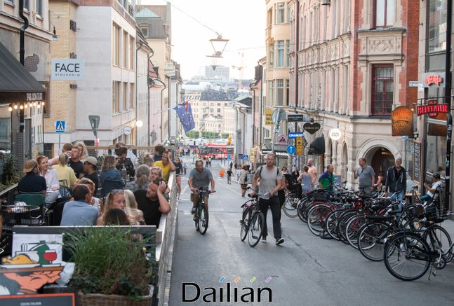 전세계적으로 코로나19가 재확산 흐름을 보이는 가운데 스웨덴 수도 스톡홀름 인근 쇠데말름에서 시민들의 일상을 즐기는 모습. ⓒAP/뉴시스