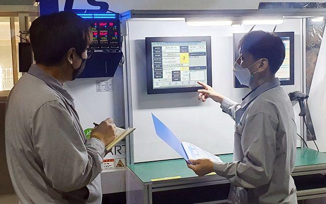 신성오토텍 직원들이 설비관제시스템을 점검하고 있다. ⓒ 신성오토텍