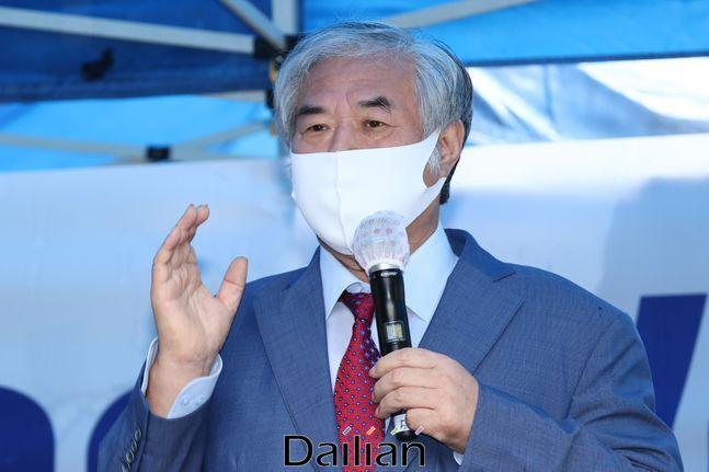 신종 코로나 바이러스 감염증(코로나19) 치료를 받고 퇴원한 전광훈 목사가 지난 2일 오전 서울 성북구 사랑제일교회 앞에서 기자회견을 열고 발언을 하고 있다.(자료사진)ⓒ데일리안 류영주 기자