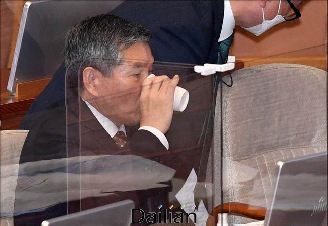 정경두 국방부 장관이 지난 15일 오후 서울 여의도 국회에서 열린 국회 본회의에서 물을 마시고 있다. ⓒ데일리안 박항구 기자
