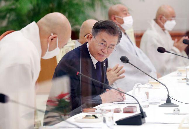 문재인 대통령이 지난 18일 청와대 본관에서 열린 불교 지도자 초청간담회에서 13개 종단 지도자들과 인사를 나누고 있다. ⓒ뉴시스