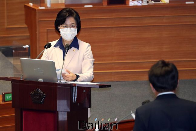 추미애 법무부 장관이 지난 14일 서울 여의도 국회에서 열린 국회 대정부질문에서 의원들의 질의에 답변하고 있다. ⓒ데일리안 박항구 기자ⓒ