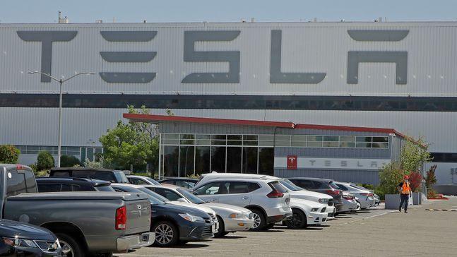 미 캘리포니아주 프리몬트의 테슬라 자동차 공장 주차장.ⓒAP/뉴시스