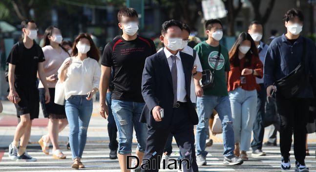 서울 종로구 광화문네거리에서 마스크를 쓴 시민들이 횡단보도를 건너는 모습(자료사진). ⓒ데일리안 류영주 기자