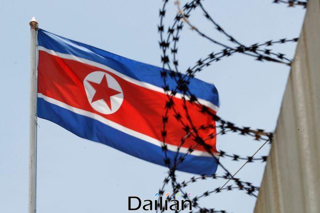 철조망 너머로 북한 인공기가 나부끼고 있다(자료사진).ⓒ AP_뉴시스