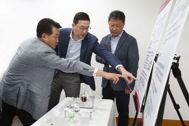 구광모 LG 회장이 지난해 8월29일 대전 LG화학 기술연구원에서 솔루블 유기발광다이오드(OLED) 연구개발(R&D) 책임자들과 개발 현황에 대해 논의하고 있다.ⓒLG