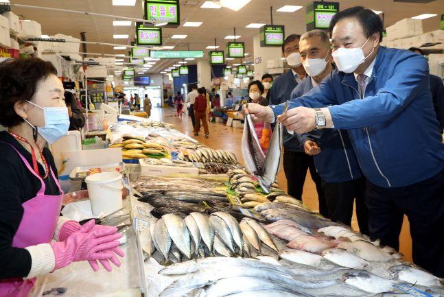 임준택(맨 오른쪽) 수협중앙회장이 21일 노량진수산시장을 방문해 상인들을 격려하고 수산물을 직접 구입하고 있다.ⓒ수협중앙회