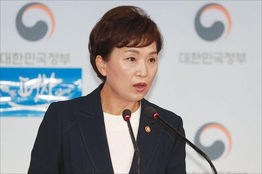 김현미 국토교통부 장관이 지난 2017년 8.2 부동산 대책을 발표하는 모습 ⓒ데일리안 홍금표 기자