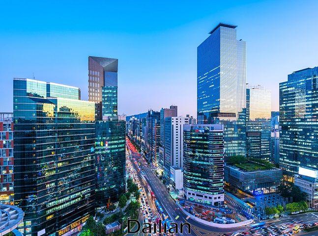 한은이 금리를 인하하면 한국 실물경제 회복으로 이어지느냐가 쟁점이 됐다. 사진은 서울의 한 빌딩가. ⓒ뉴시스