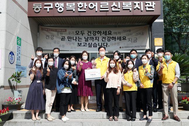 국가철도공단 김상균 이사장(뒷줄 왼쪽 다섯번째)이 21일 대전 동구 행복한어르신복지관에서 추석명절 희망나눔 활동을 시행하고 기념촬영을 하고있다.ⓒ국가철도공단