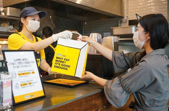 소비자가 서울의 한 노브랜드버거에서 테이크아웃을 하고 있다.ⓒ신세계푸드