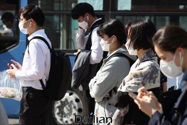 서울 종로구 광화문네거리에서 마스크를 착용한 시민들이 보행자 신호를 기다리고 있다(자료사진). ⓒ데일리안 홍금표 기자
