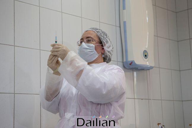 러시아 모스크바에서 한 의료 관계자가 개발 중인 스푸트니크 V 코로나바이러스 백신 투약 준비를 하고 있는 모습(자료사진). ⓒAP/뉴시스
