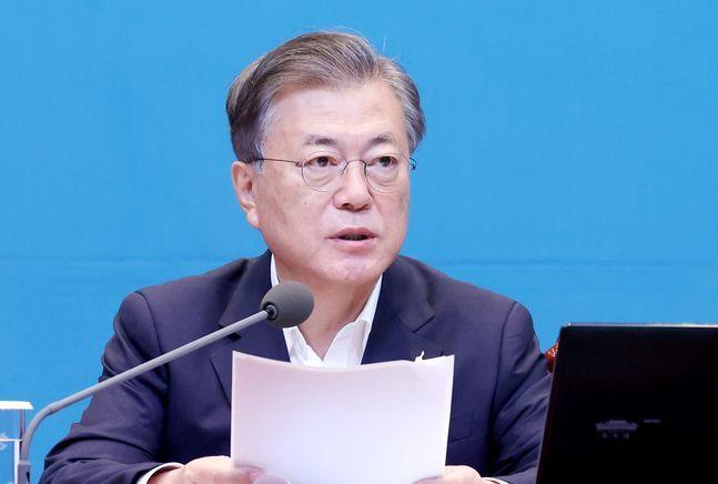 문재인 대통령이 22일 오전 청와대 여민관에서 열린 영상 국무회의에 참석해 발언하고 있다. ⓒ뉴시스