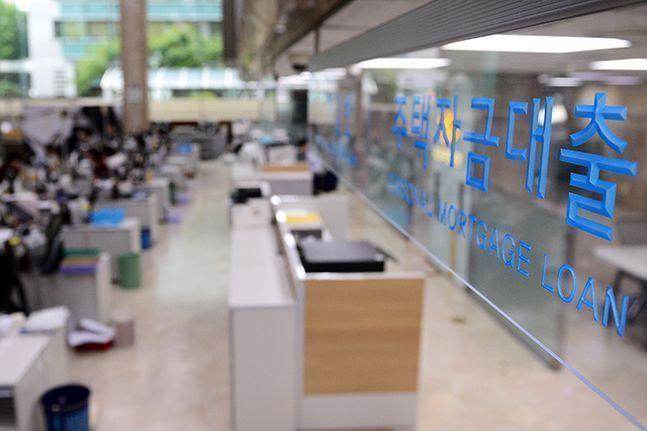 퇴직연금 담보대출 상품 개발에 나선 시중은행들이 혼란에 빠졌다. 한 시중은행의 영업점 모습(자료사진).ⓒ뉴시스
