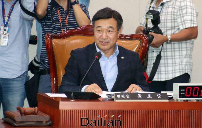 윤호중 국회 법제사법위원장이 지난 6월 16일 오후 국회에서 미래통합당 의원들이 불참한 가운데 열린 법사위원회 첫 전체회의를 주재하고 있다. ⓒ데일리안 박항구 기자