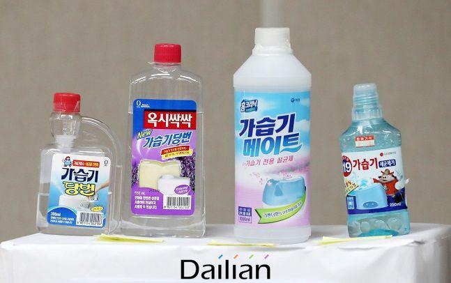 지난 7월 27일 가습기살균제 피해규모 정밀추산 연구 결과 발표 기자회견에서 가습기 살균제 주요 사용제품이 보이고 있다. ⓒ뉴시스