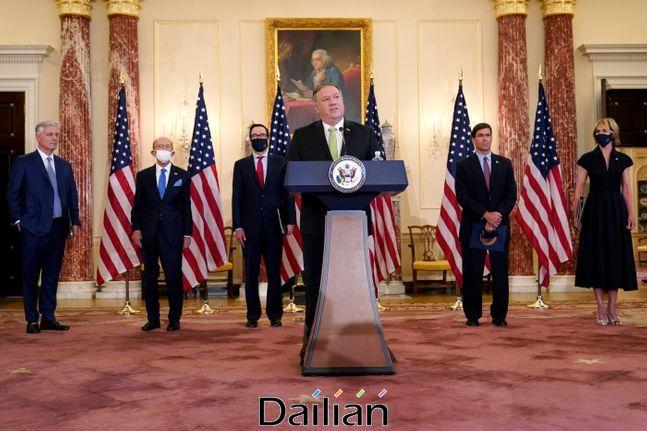 21일(현지시가) 미국 국무부에서 마이크 폼페이오 국무장관(가운데)이 대이란 제재 복원에 대한 기자회견을 하고 있다. ⓒAP/뉴시스