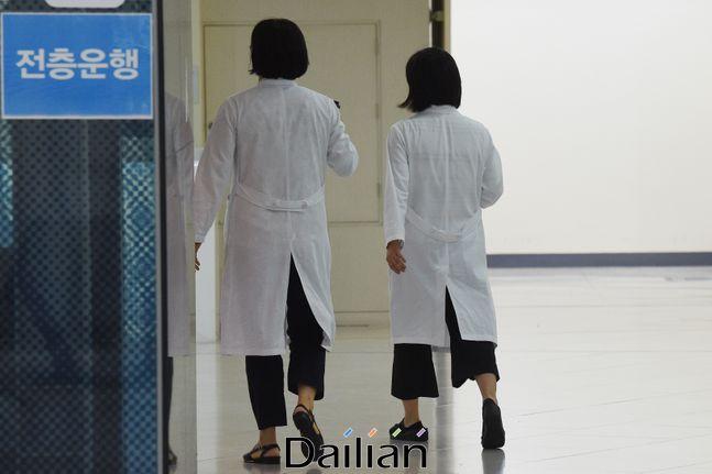 서울의 한 대학병원에서 의료진들이 업무를 위해 이동하고 있는 모습(자료사진).ⓒ데일리안 류영주 기자