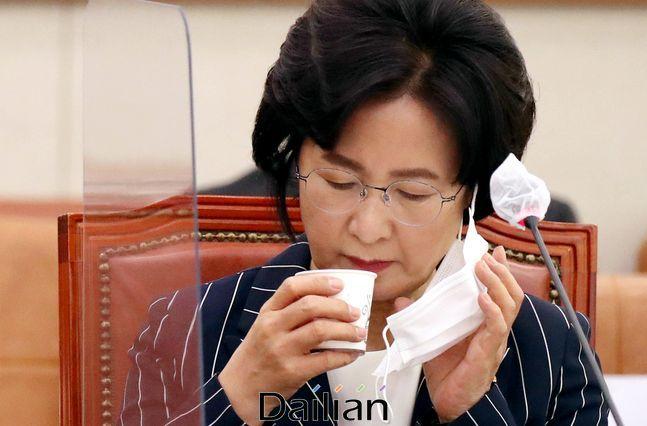 추미애 법무부 장관이 21일 서울 여의도 국회에서 열린 법제사법위원회 전체회의에 출석해 물을 마시고 있다.ⓒ데일리안 박항구 기자