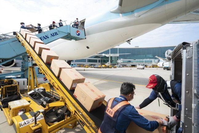 개조작업이 완료된 대한항공 보잉 777-300ER 내부에 화물을 적재하는 모습.ⓒ대한항공