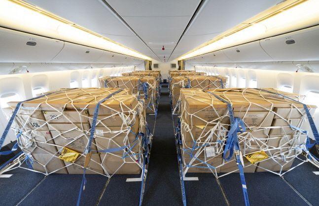 개조작업이 완료된 대한항공 보잉 777-300ER 내부에 화물이 적재된 모습.ⓒ대한항공