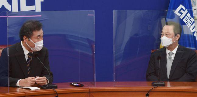 이낙연 더불어민주당 대표(왼쪽)가 22일 국회 대표실을 방문한 박용만 대한상공회의소 회장과 대화를 나누고 있다.ⓒ데일리안 박항구 기자