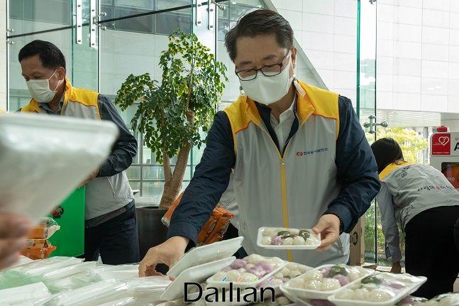박일준 동서발전 사장이 추석 명절을 맞아 취약계층에 전달할 음식 꾸러미를 포장하고 있다. ⓒ동서발전