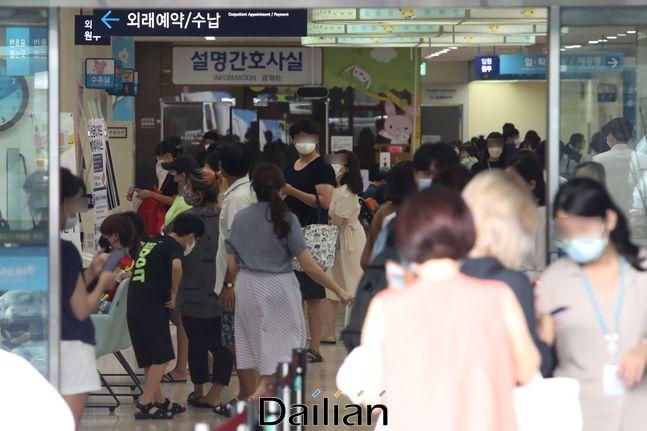 서울 한 대학병원이 환자 및 보호자들로 붐비는 모습(자료사진). ⓒ데일리안 류영주 기자