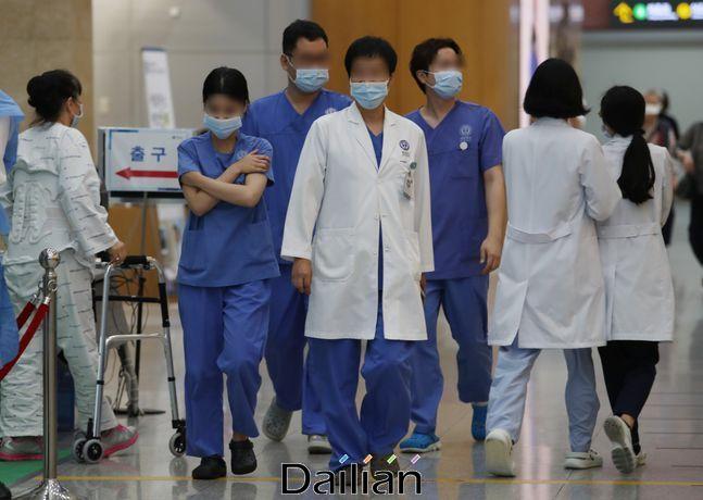 서울의 한 대학병원에서 의료진들이 분주히 이동하고 있는 모습(자료사진). ⓒ데일리안 류영주 기자