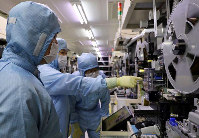 지난 22일 LG이노텍 구미사업장에서 LG이노텍 노조원과 협력사 직원들이 테이프 서브스트레이트 검사 장비를 함께 살펴보고 있다.ⓒLG이노텍