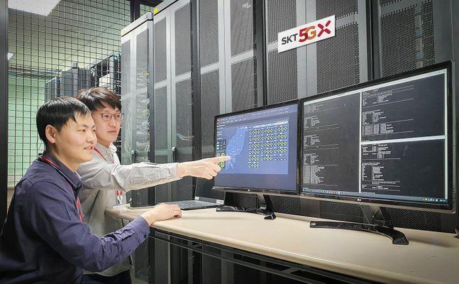 SK텔레콤 연구원들이 5G-SA 통신 테스트를 진행하고 있다.ⓒSK텔레콤