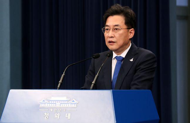 강민석 청와대 대변인이 23일 오후 청와대 춘추관 대브리핑실에서 4차 추경과 관련한 브리핑을 하고 있다. ⓒ뉴시스.