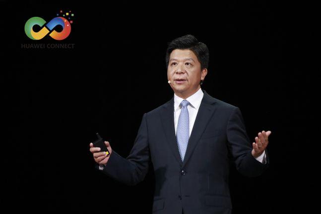 궈 핑 화웨이 순환 회장이 23일 중국 상하이에서 열린 연례 글로벌 정보통신기술(ICT) 컨퍼런스 '화웨이 커넥트 2020'에서 기조연설을 하고 있다.ⓒ화웨이