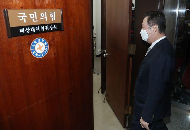 박용만 대한상공회의소 회장이 22일 오전 김종인 국민의힘 비상대책위원장을 만나기 위해 국회 비대위원장실로 향하고 있다. ⓒ데일리안 박항구 기자