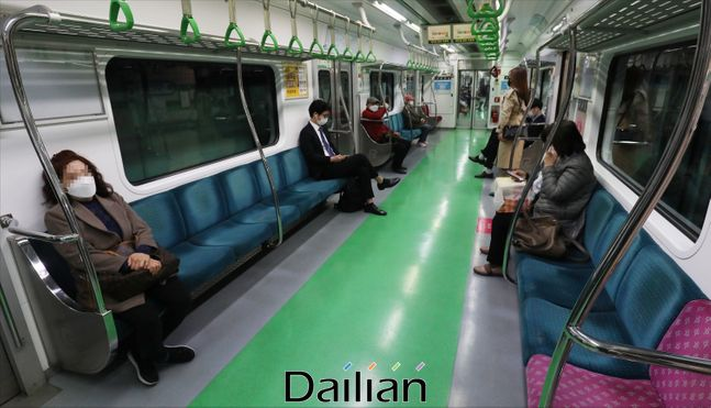서울 지하철 2호선 전동차 내부에서 시민들이 거리를 두고 앉아 있는 모습(자료사진). ⓒ데일리안 홍금표 기자