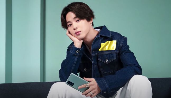 삼성전자 모델인 아이돌 방탄소년단(BTS)의 멤버 지민이 스마트폰 '갤럭시S20 FE(팬 에디션)'를 들고 있는 모습. 삼성전자 유튜브 캡처