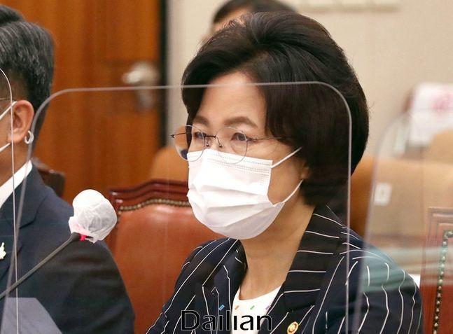 23일 오후 국회 법사위 전체회의에 참석한 추미애 법무부장관이 국회를 무시하는 듯한 태도로 일관해 또다시 논란에 휩싸였다.(자료사진) ⓒ데일리안 박항구 기자