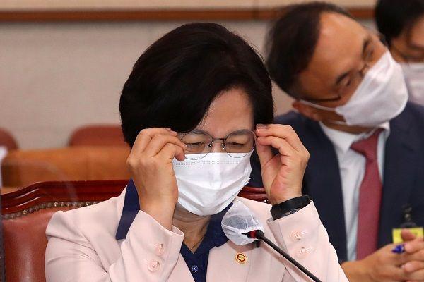 추미애 법무부 장관이 23일 국회에서 열린 법제사법위원회 전체회의에서 안경을 고쳐쓰고 있다. ⓒ뉴시스