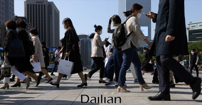 서울 종로구 광화문네거리에서 마스크를 착용한 시민들이 길을 지나고 있다(자료사진). ⓒ데일리안 홍금표 기자