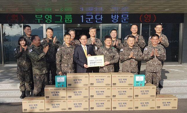 부영그룹이 육군1군단 과자선물 전달 후 기념사진 촬영을 하고 있다. ⓒ부영그룹