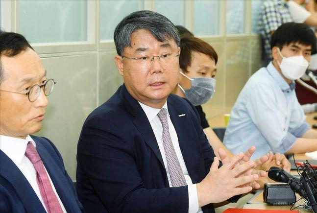 최종구 이스타항공 대표가 지난 6월 29일 오후 서울 강서구 본사에서 열린 개최된 기자회견에서 기자들의 질문에 답변을 하고 있다.ⓒ데일리안 홍금표 기자