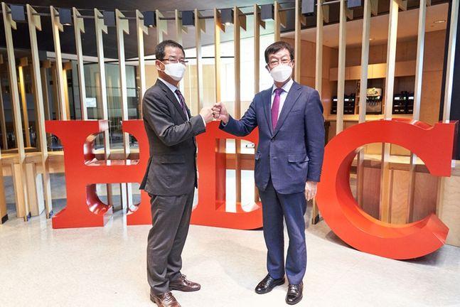 HDC현대산업개발 용산 사옥에서 권순호 HDC현대산업개발 사장(왼쪽)과 강한식 윤주건설 사장은 '공정거래·상생 선언식'을 실시했다.ⓒHDC현대산업개발