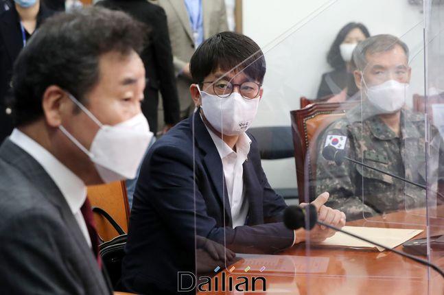 박재민 국방부 차관이 24일 더불어민주당 국회 당대표실을 방문해 북한 해역 실종 공무원 북한 피격 사망 사건과 관련해 보고하고 있다.ⓒ데일리안 박항구 기자