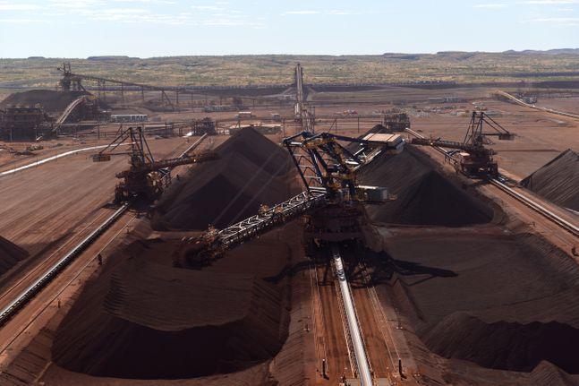 호주 로이힐 광산에서 채굴된 철광석이 현지 야드에 적치되는 모습. ⓒ포스코