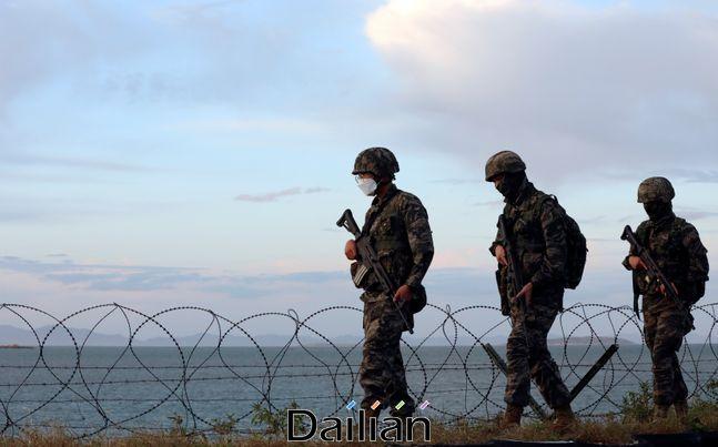 24일 인천 옹진군 연평도에서 해병대 장병들이 경계근무를 서고 있다. ⓒ뉴시스
