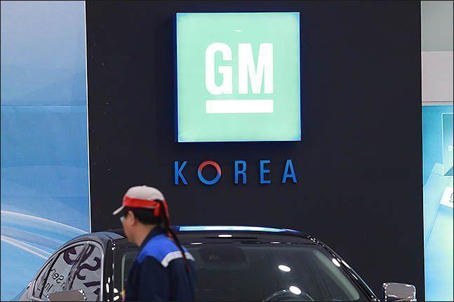 인천 부평구 한국GM 부평공장에서 머리에 띠를 두른 노동조합원이 걸어가고 있다.(자료사진)ⓒ데일리안 류영주 기자