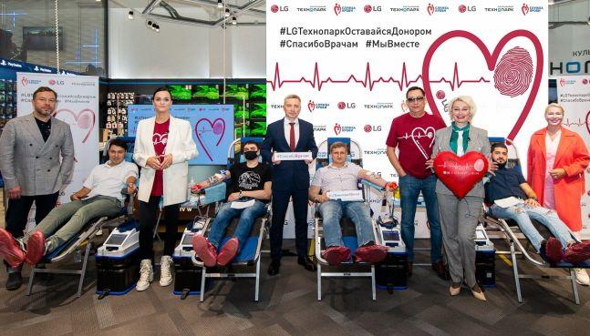 LG전자가 최근 러시아 모스크바에서 현지 가전제품 유통업체인 테크노파크와 함께 진행한 헌혈캠페인 참가자들이 기념촬영을 하고 있다.ⓒLG전자