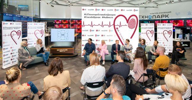 LG전자가 최근 러시아 모스크바에서 현지 가전제품 유통업체인 테크노파크와 함께 진행한 헌혈캠페인 참가자들이 '건강한 삶'에 대해 이야기를 나누고 있다.ⓒLG전자