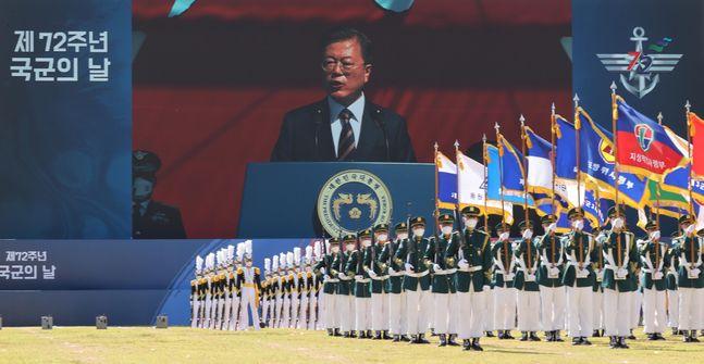 문재인 대통령이 25일 오전 경기도 이천시 육군 특수전사령부에서 열린 제72주년 국군의 날 기념식에 참석, 기념사를 하고 있다. ⓒ뉴시스